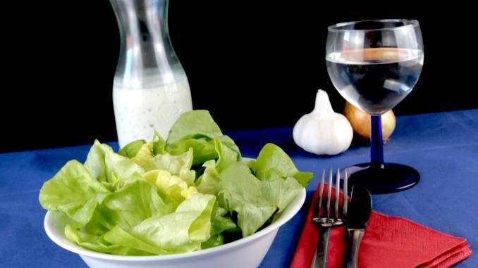 Serviervorschlag Kopfsalat mit einem Saure Sahne Joghurt Dressing