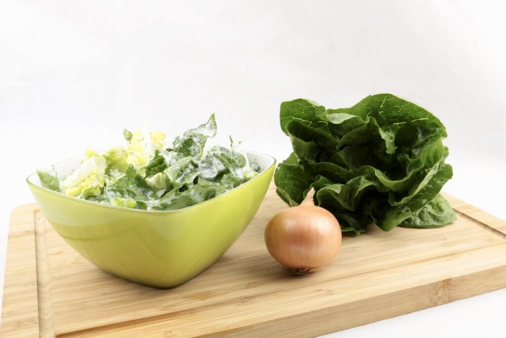 Salatherzen in einem Saure Sahne Kräuter Dressing eineinfacher Beilagen Salat
