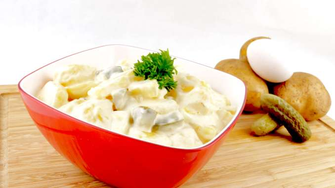 Kartoffelsalat mit Gewürzgurken und Ei