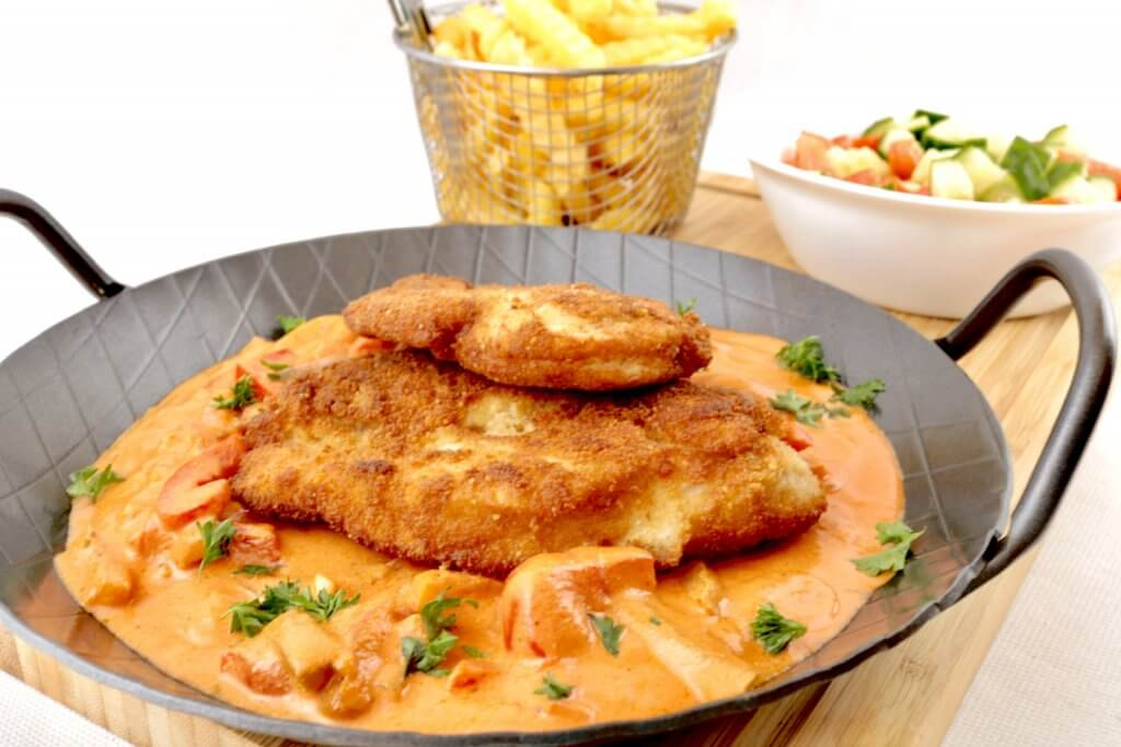 Paniertes Hähnchen Schnitzel mit pikanter Paprika Sauce