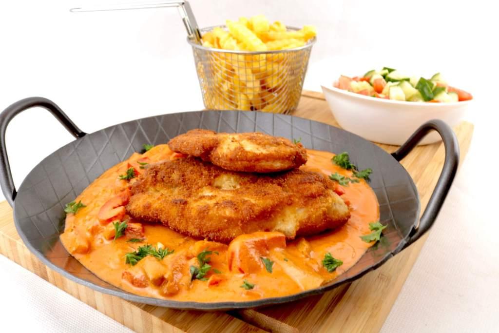 Serviervorschlag Paniertes Hähnchen Schnitzel mit Paprika Sauce