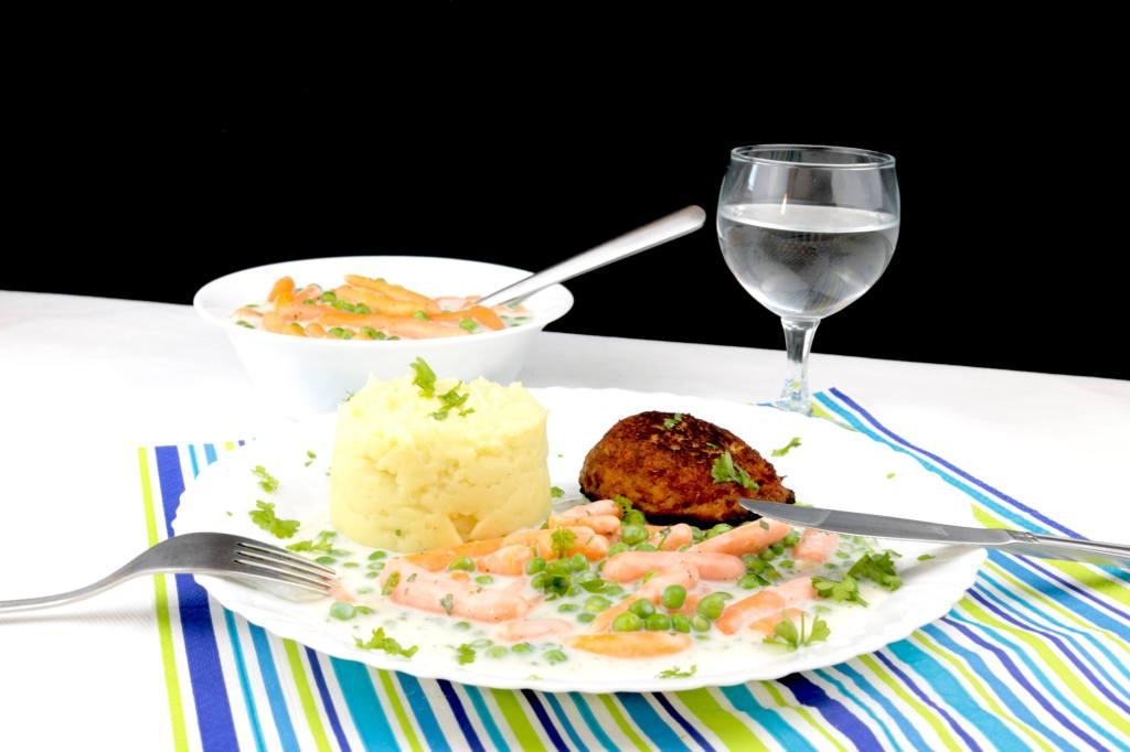 Erbsen und Möhren Gemüse mit heller Soße