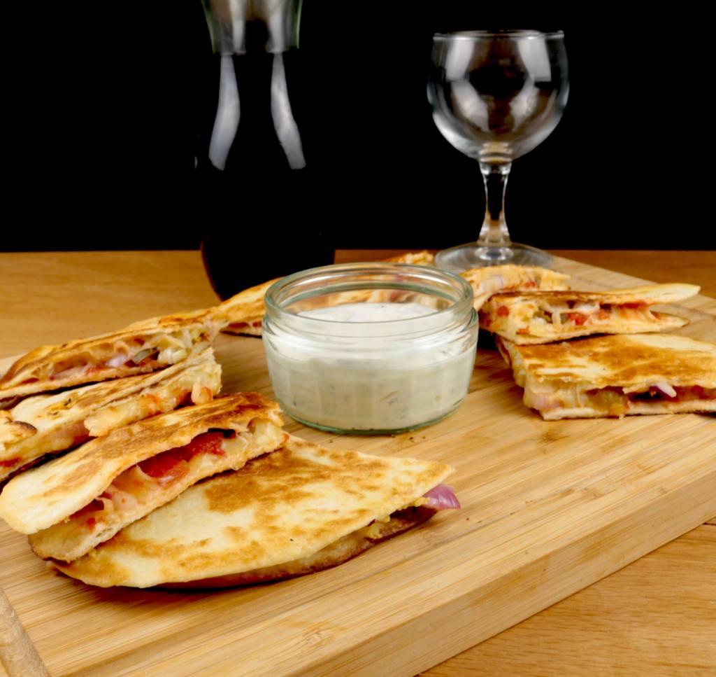 Serviervorschlag Käse Quesadillas mit Tomaten und Jalapenos