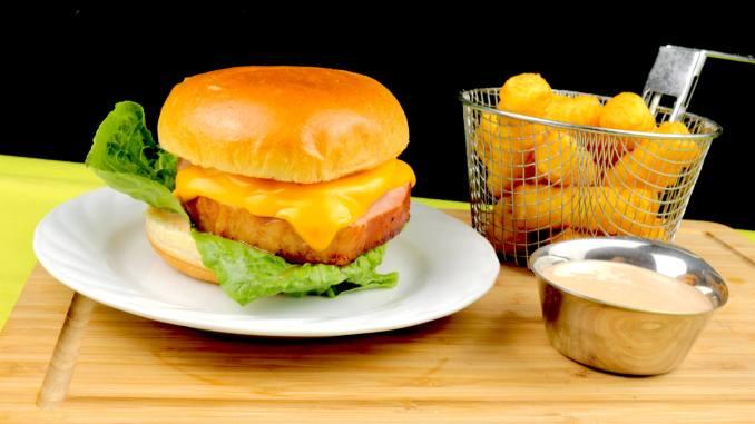 Serviervorschlag Kassler Hawaii Burger mit Cocktail Sauce