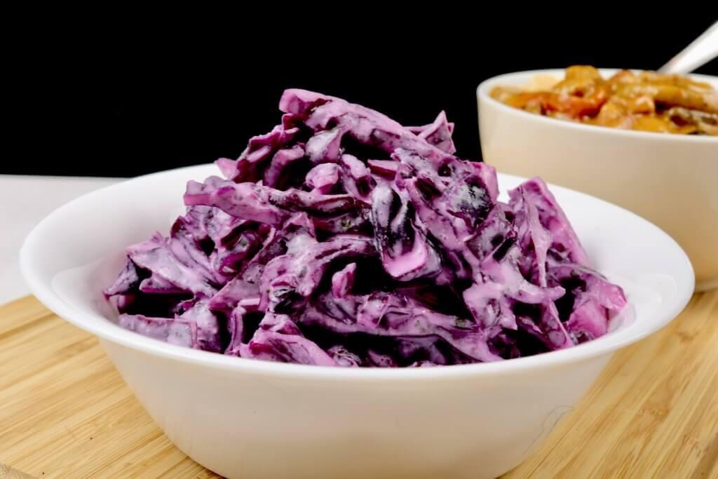 Einfacher Rotkohlsalat mit Saurer Sahne