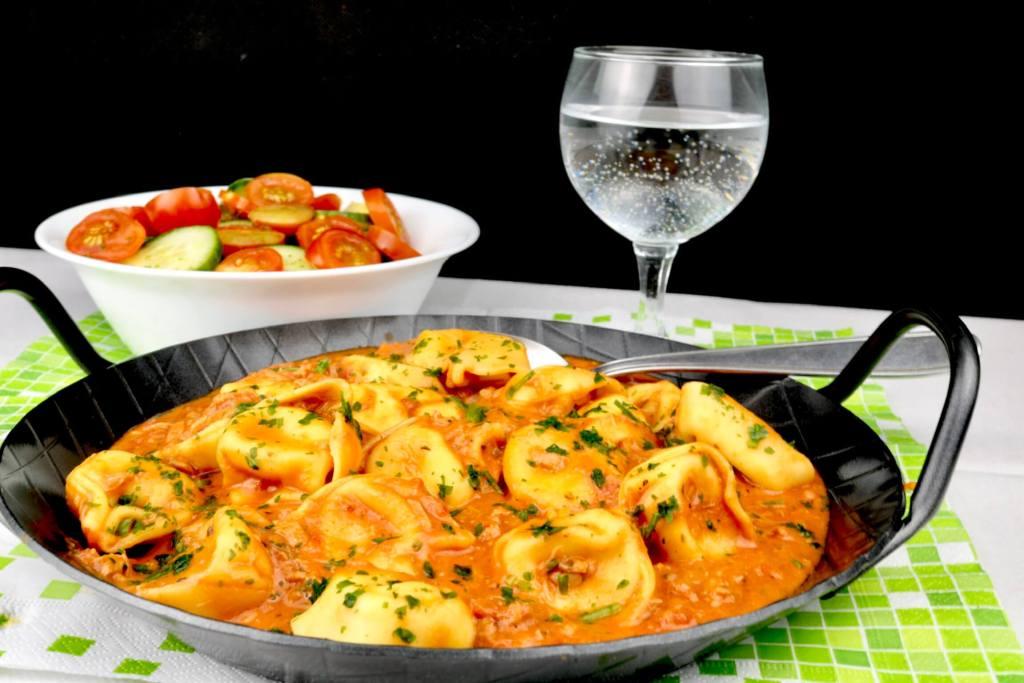 Serviervorschlag Tortellini in einer Tomaten Thunfisch Sauce