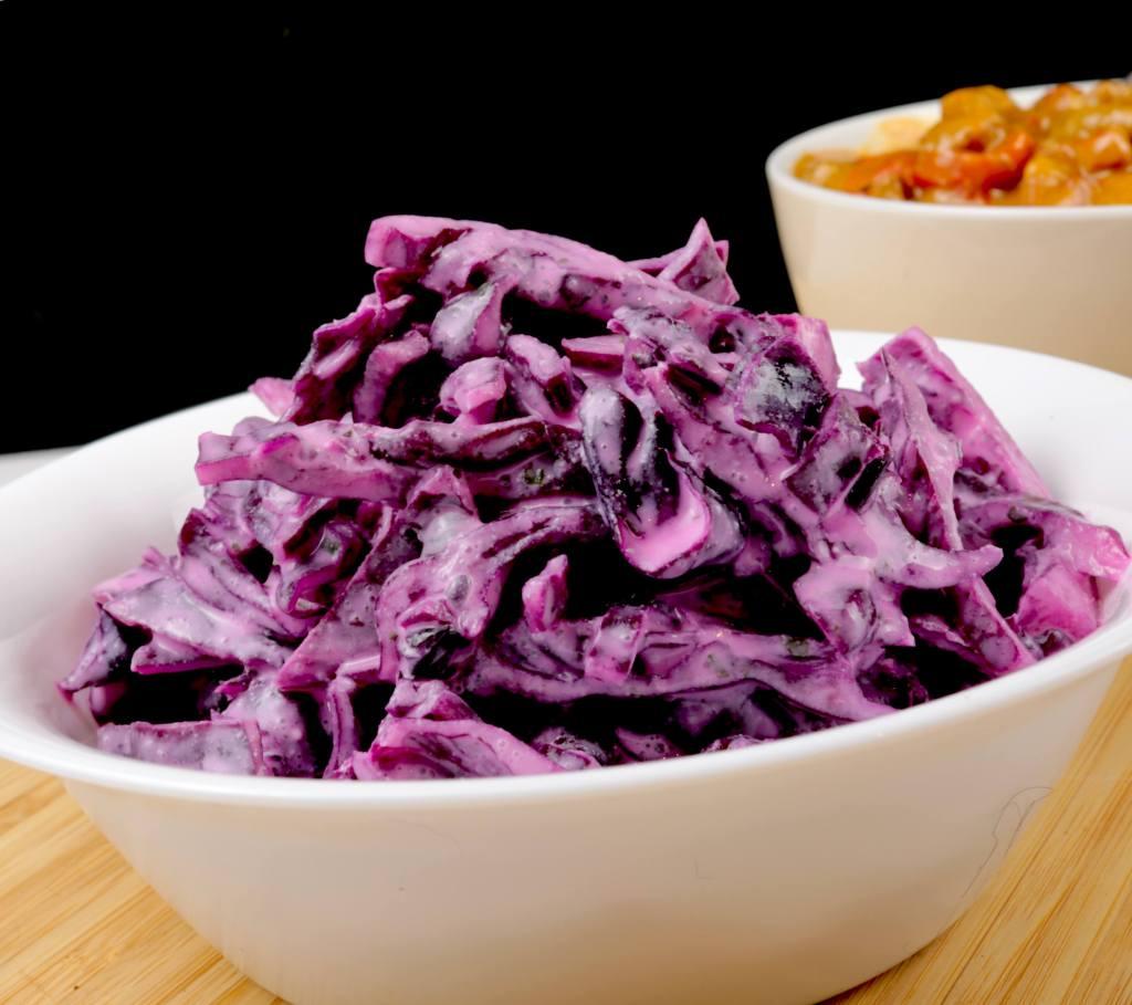 Serviervorschlag Rotkohlsalat mit Saurer Sahne