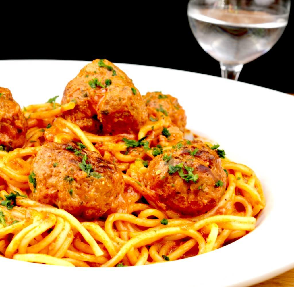 Serviervorschlag Spaghetti mit Hackbällchen und Tomatensauce