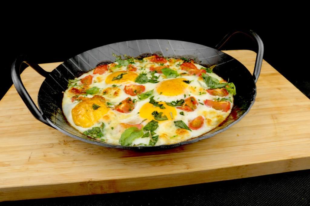 Baked Eggs mit Basilikum Tomaten und Mozzarella