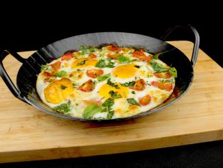 Baked Eggs mit Basilikum Tomaten und Mozzarella Köae