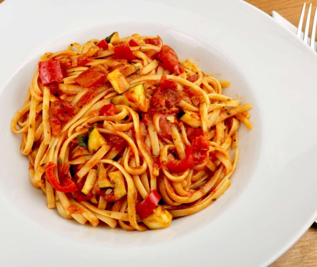 Einfaches Pasta Gericht mit Tagliatelle Tomaten und Zucchini