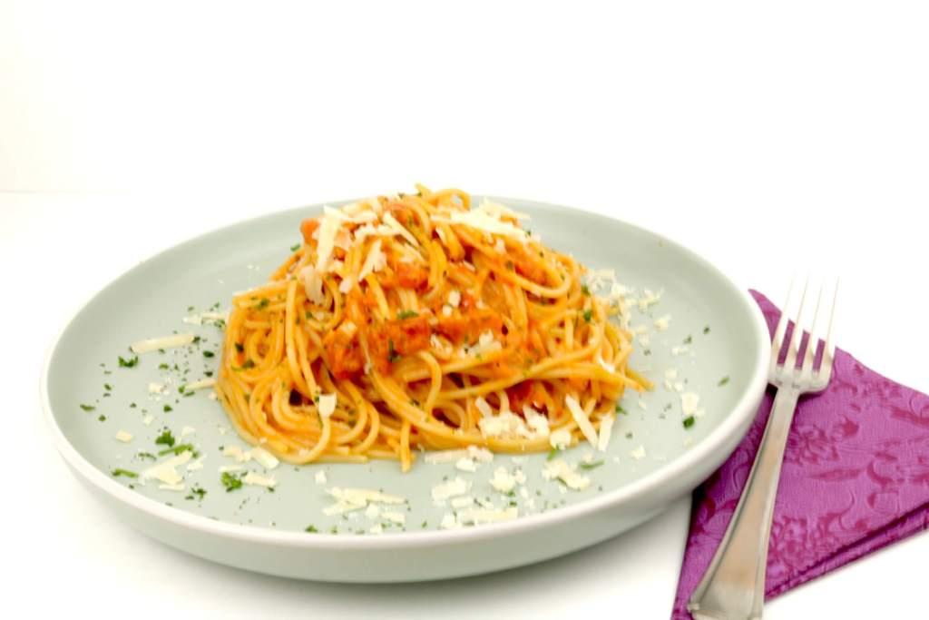 Schnelles Pasta Gericht mit einer Tomaten Parmesan Sahnesauce