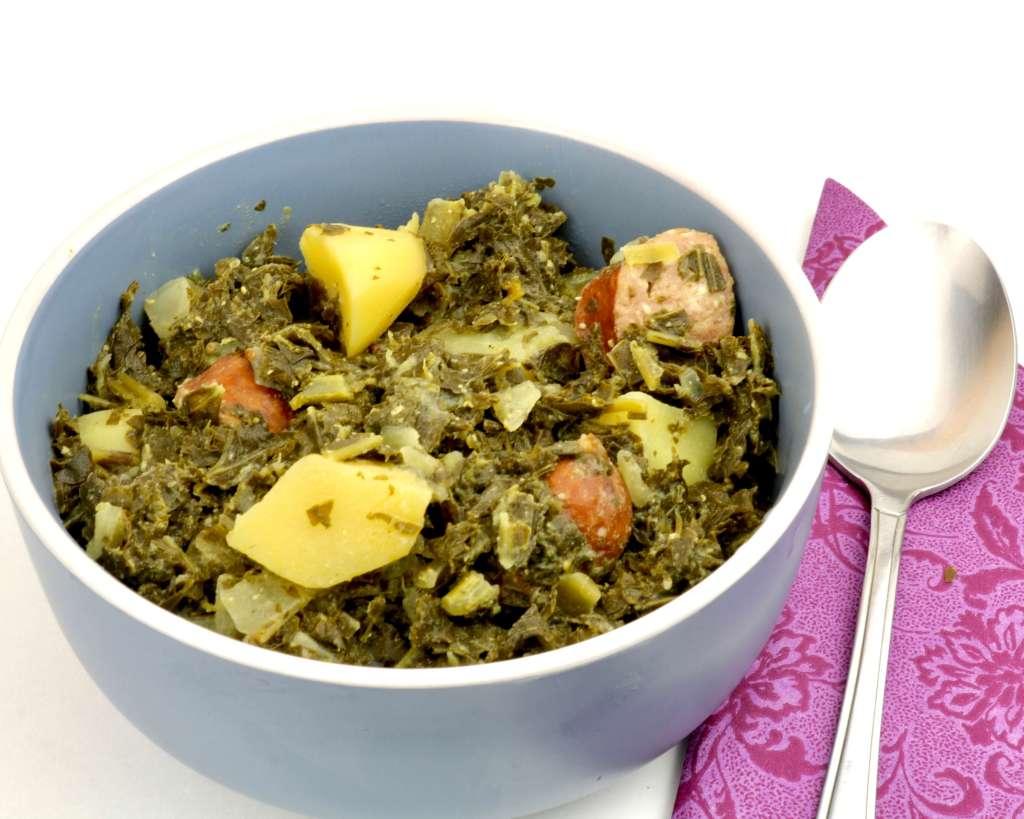 Grünkohl Gericht mit Kartoffeln und Mettenden