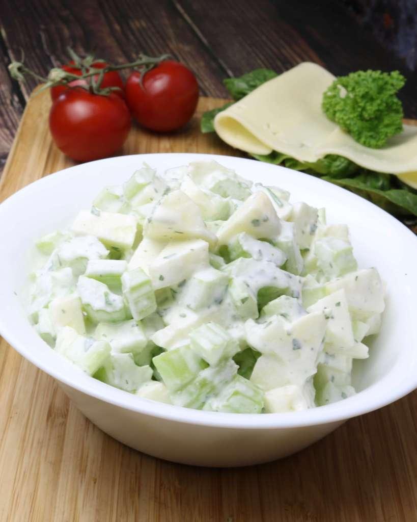 Zubereitung Apfel Staudensellerie Salat mit Saurer Sahne