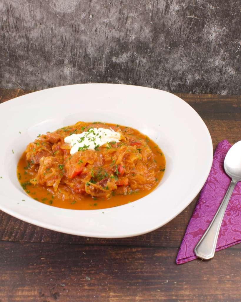 Serviervorschlag Sauerkraut Tomaten Eintopf mit Fleischeinlage