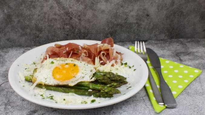 Grüner Spargel mit Ei und Schinken