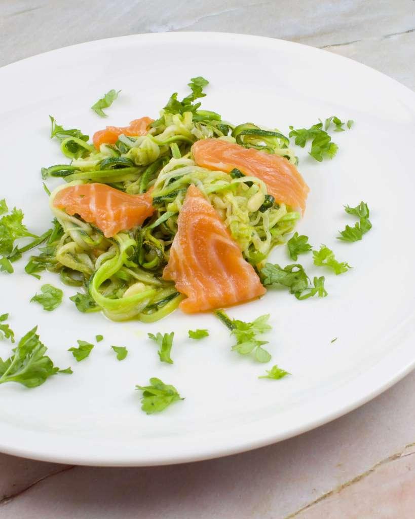 Serviervorschlag Zucchini Salat mit Lachs