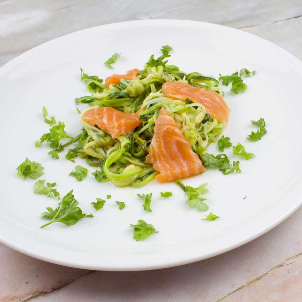 Zubereitung Zucchini Salat mit Lachs