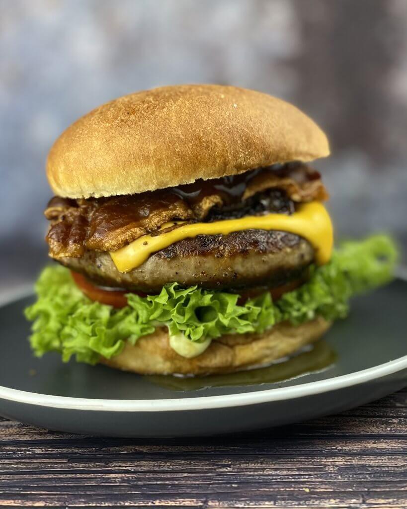 Serviervorschlag BBQ Bacon Bratwurstschnecken Burger