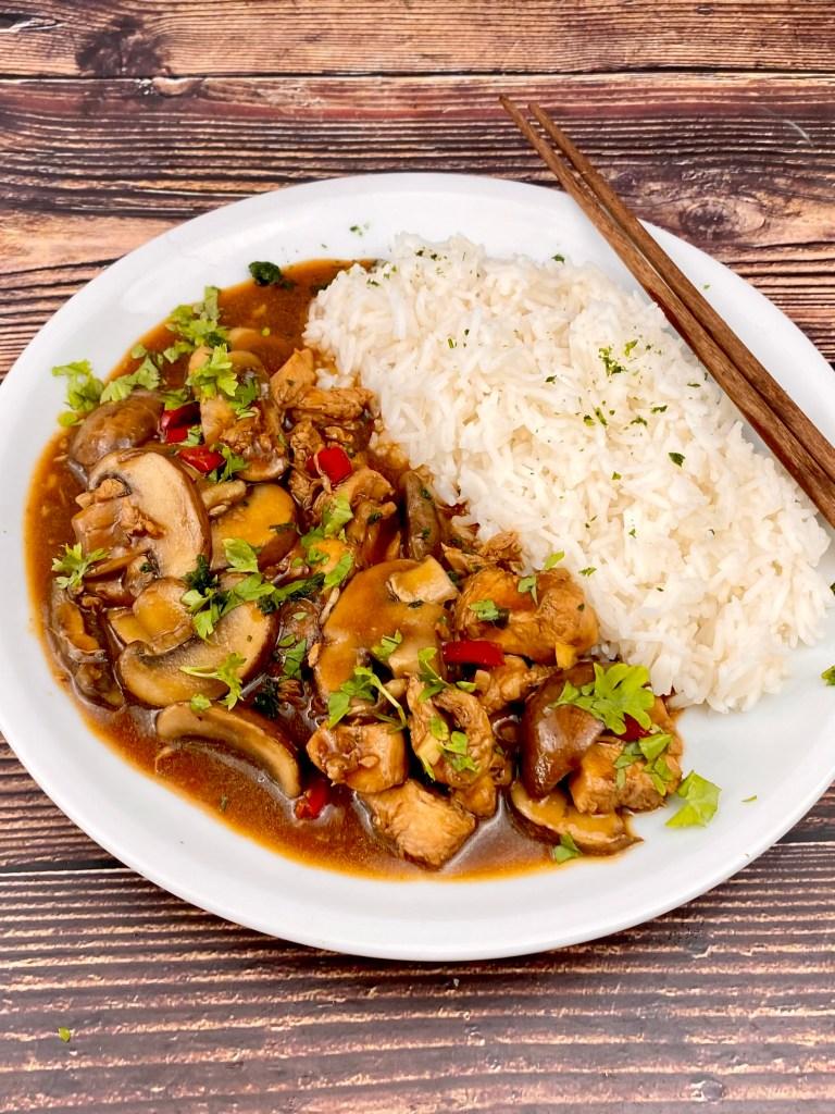 Serviervorschlag Asia Pfanne mit Pilzen und Hähnchenfleisch
