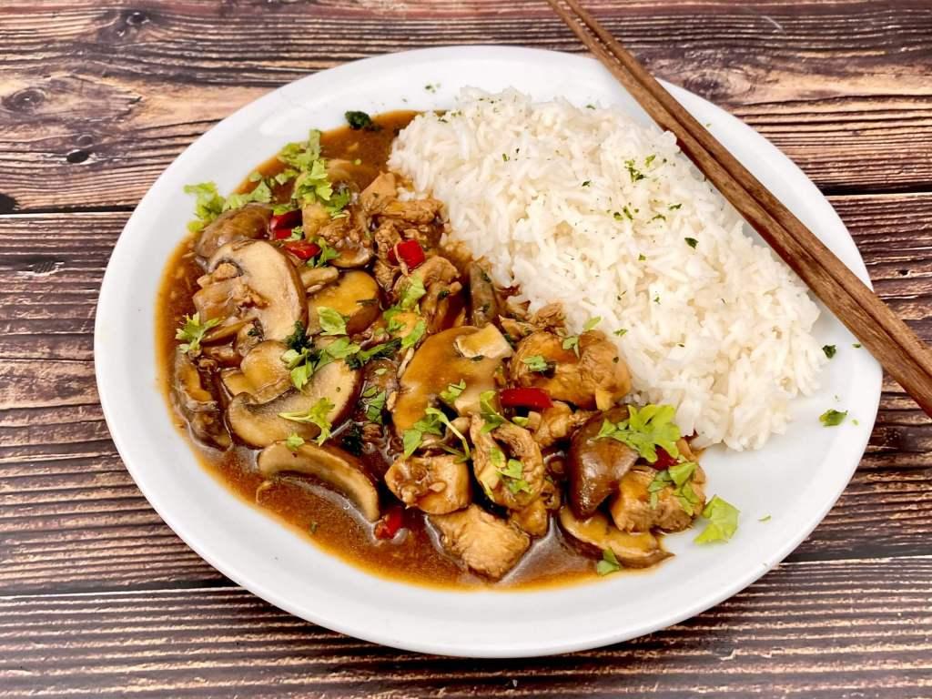 Asia Pfanne mit Pilzen und Hähnchenfleisch