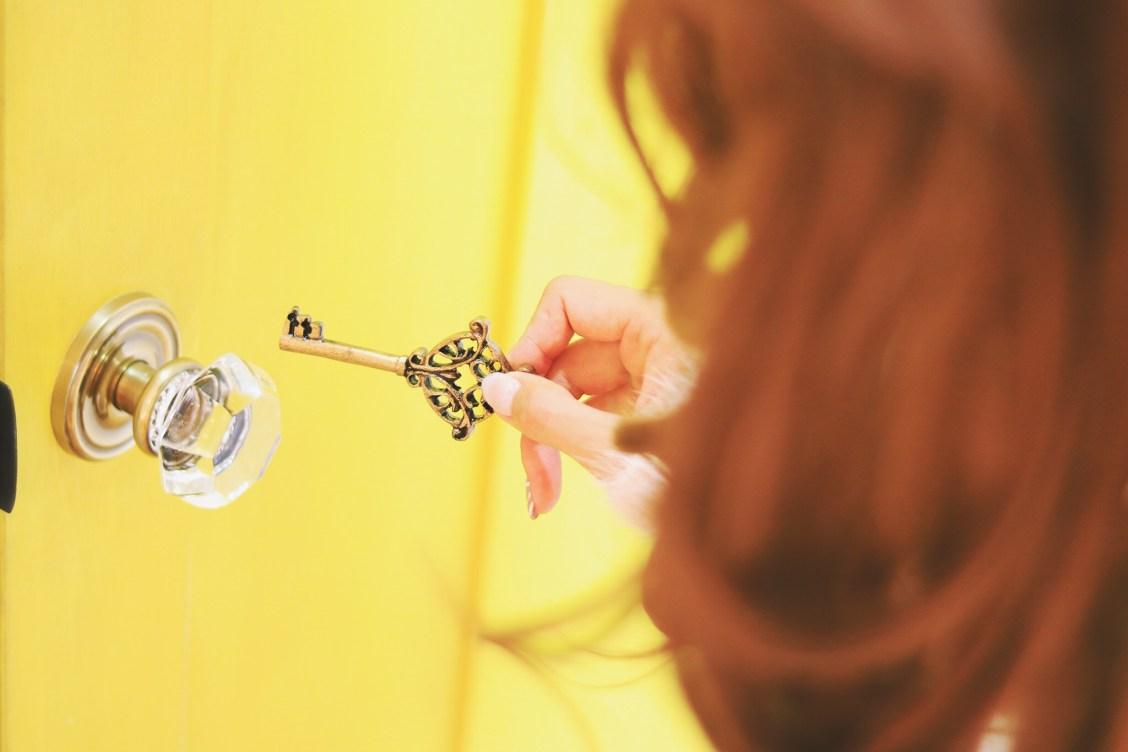 鍵を開ける女の子の写真