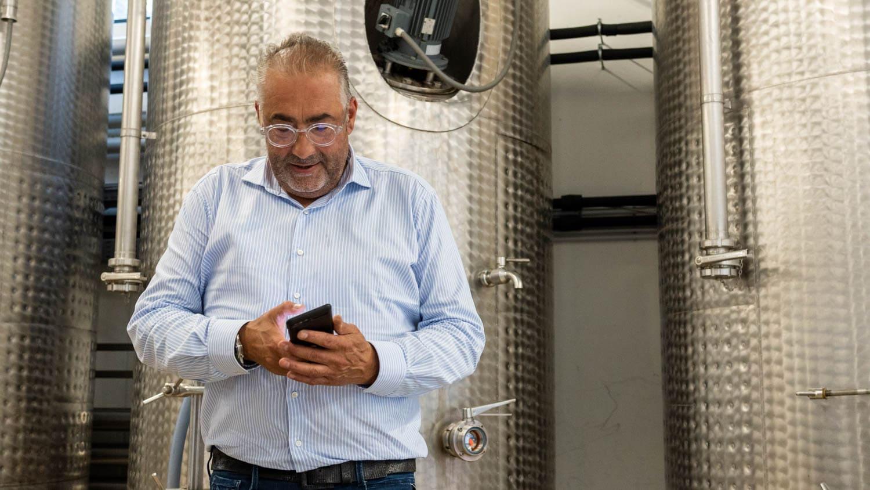 Hans Reisetbauer am Smartphone