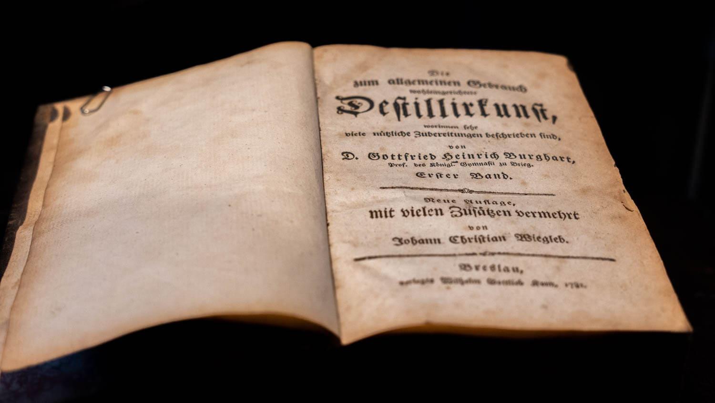 Altes Destillierbuch