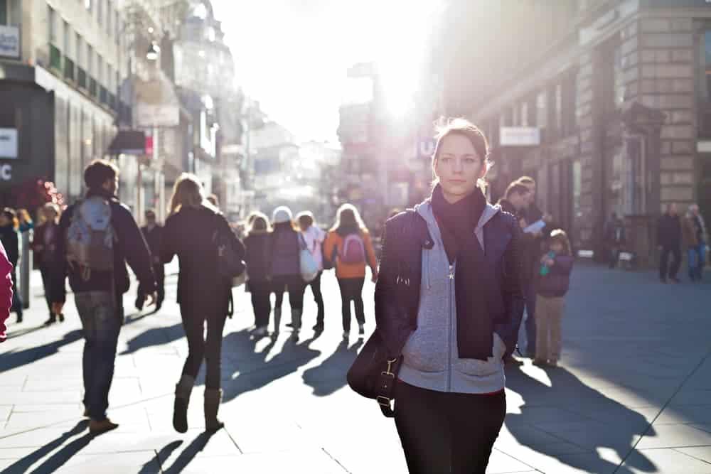 allein auf der Straße - eine Frau am Tage