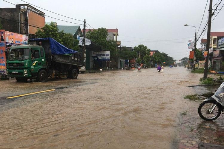 vietnam-motorcycle-floods
