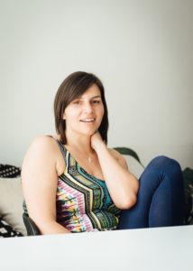 Portraitfoto von Manuela Ukowitz sitzend bei einem Tisch