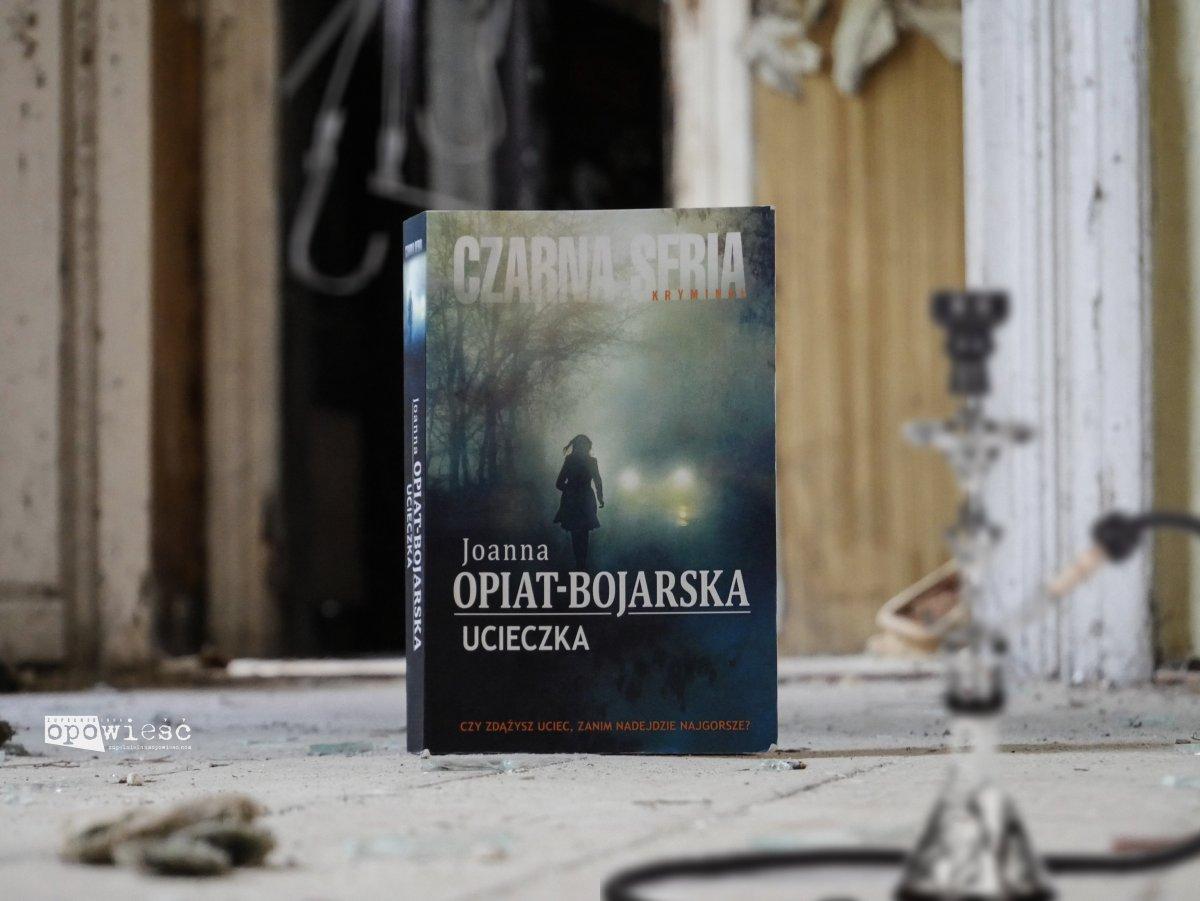 Gra o życie | Joanna Opiat-Bojarska, Ucieczka