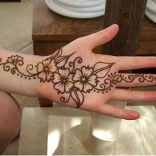 Simple mehndi design for hands 92
