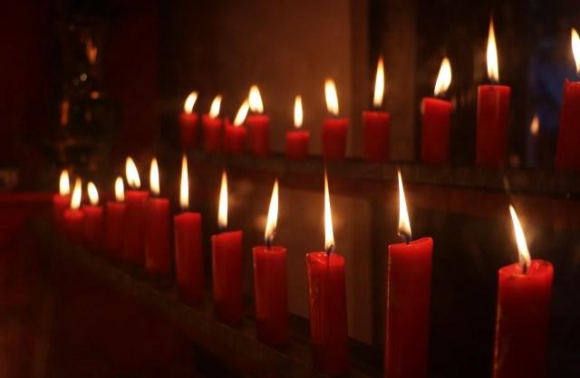 震災で亡くなった方々に祈りを捧げる