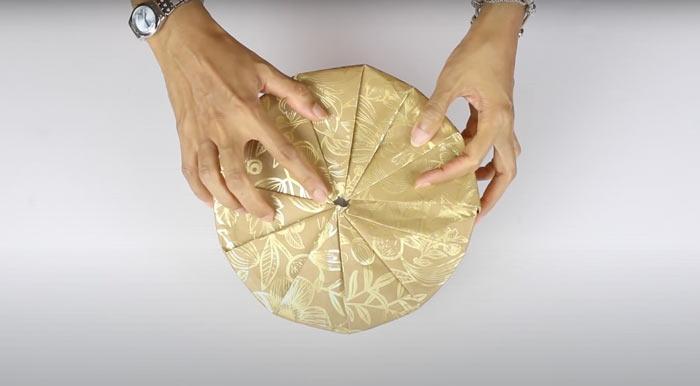 Суретте суретте көрсетілген - сыйлық, күріш қалай жинауға болады. Қаптама дөңгелек қорап