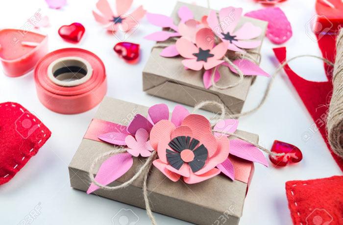 ในภาพที่ปรากฎ - วิธีการบรรจุของขวัญข้าว บรรจุภัณฑ์ด้วยดอกไม้