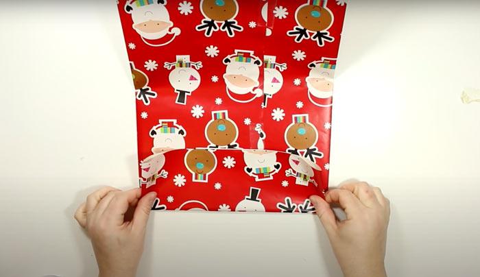 На фото изображено - Как упаковать подарок, рис. Новогодний пакет