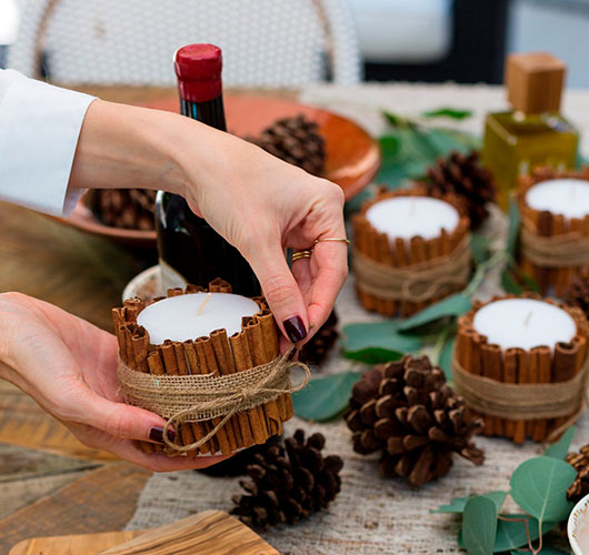 The photo shows - DIY Christmas decorations, fig. Cinnamon candle 2