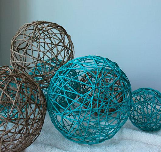 На фото изображено - Необычный декор: шары из нитей, рис. Шары на полу