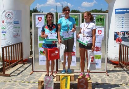 tri žena na stupienkoch víťazov