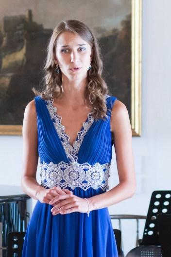 mladé dievča v modrom spieva