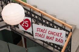 plagát na schodoch