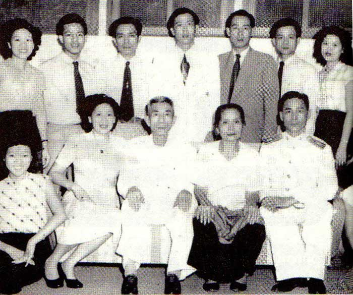 Chiang Shinawatra and wife (sitting, center)