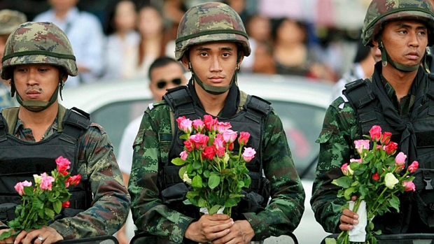 soldiers-flowers-greeting-on-arrival