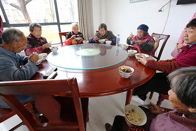 Xiong Shuihua even promised three meals a day to the older residents and people on a low income to make sure they could get by