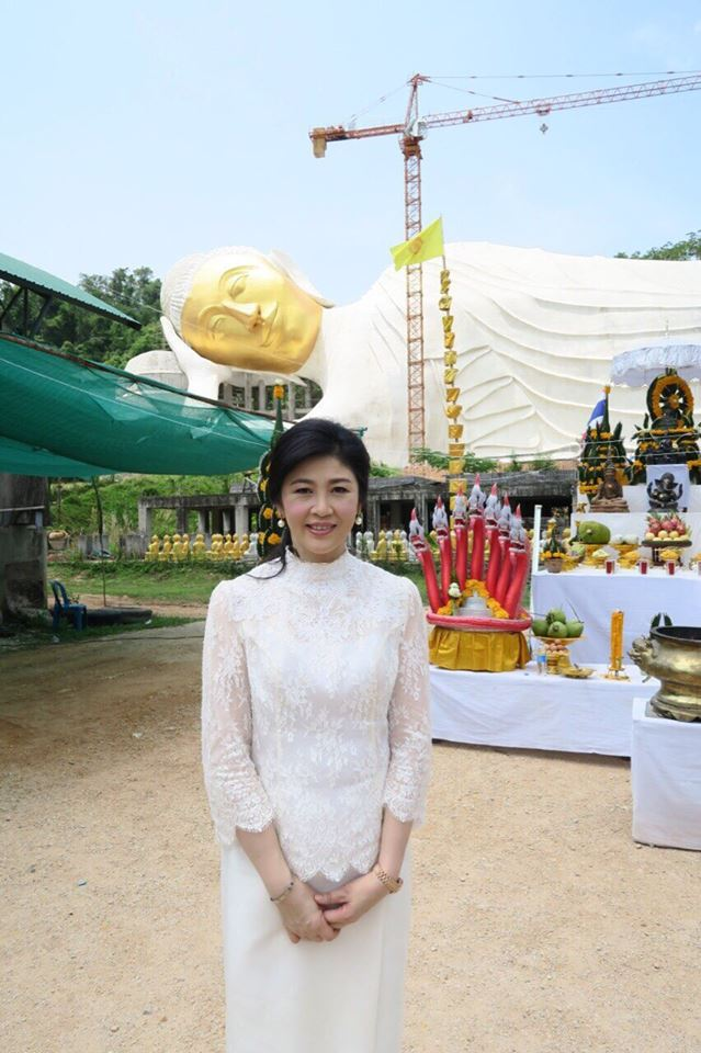 Yingluck-performs-rites-to-end-bad-luck (1)