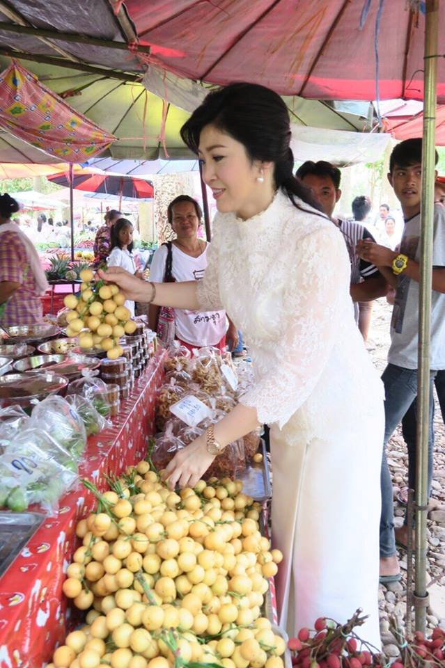 Yingluck-performs-rites-to-end-bad-luck (6)