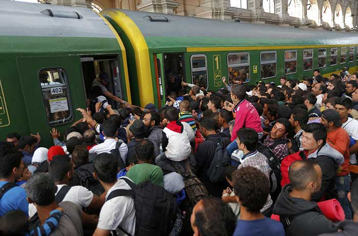 Hundreds-of-desperate-migrants-poured-into-Budapest's-main-railway-station-this-morning-after-Hungarian-police-withdrew-following-a-two-day-standoff,-triggering-chaotic-scenes