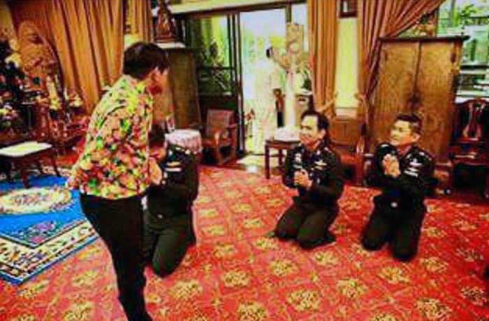Mor-Young-with-Thai-Generals-on-their-knees-