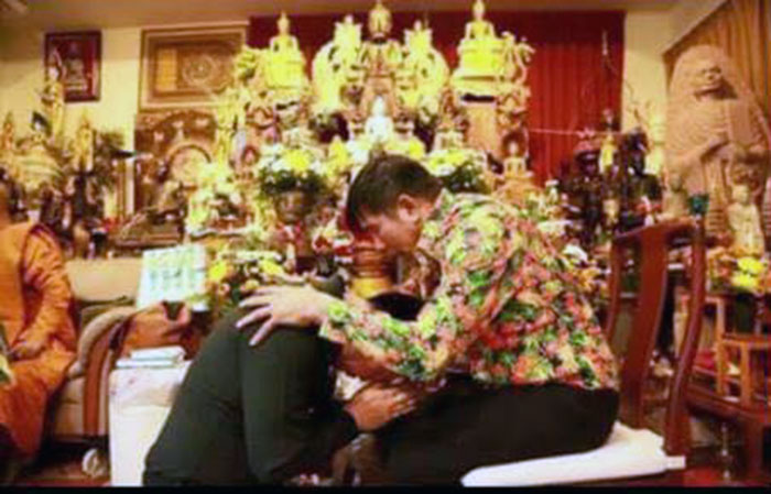 Mor-Young-with-Thai-Generals-on-their-knees0